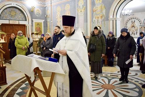 «Научиться любить без условностей»: в Успенском храме Архангельска помолились о семейном счастье
